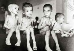 Enfants grecs souffrant de la faim. Deuxième guerre mondiale;